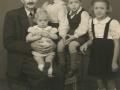 Esper Christian 'Blaaberg' Nielsen (1882-1949), født i Vind og siden mangeårig plantør i Frøstrup nord for Varde. Her fotograferet med sine børnebørn i slutningen af 1940'erne. For yderligere oplysninger, se menupunktet 'Vind i billeder' -> 'Vi behøver din hjælp, november 2014'.