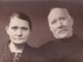 Husmand i Vester Spartoft, Johannes Nielsen (1871-1950) og hustru Ane Kirstine Nielsen (f. Steffensen, 1882-1938). Årstal ukendt.