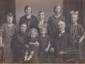 Husmand i Vester Spartoft, Johannes Nielsen (1871-1950) fotograferet med sin hustru Ane Kirstine Nielsen (f. Steffensen, 1882-1938) og deres syv børn. Stående fra venstre Edith (g. Bjerregaard, 1911-1984), Anine Kirstine Marie (g. Mikkelsen, 1907-1997), Kristen Arnold Nielsen (1908-1991) og Kirstine Alexandrine (g. Lauritsen, 1910-1952) og Agnes Mary Nielsen (f. 1913). Forrest i midten lille Inga Margrethe Nielsen (g. Lyager, 1924-2017) og Gerda (g. Poulsen, 1919-1989). Angiveligt 1926.