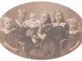 Børn af husmand i Vester Spartoft, Johannes Nielsen (1871-1950) og Ane Kirstine Nielsen (f. Steffensen, 1882-1938), alle født i Sevel, men opvokset i Vind. Fra venstre: Edith (g. Bjerregaard, 1911-1984), Kristen Arnold Nielsen (1908-1991), lille Gerda (g. Poulsen, 1919-1989), Anine Kirstine Marie (g. Mikkelsen, 1907-1997), Kirstine Alexandrine (g. Lauritsen, 1910-1952) og Agnes Mary Nielsen (f. 1913). Omkring 1920.