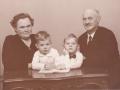 Landpost og husmand i Vildkilde, Daniel Mikkelsen (1899-1976) og hustru Anine Kirstine Marie Mikkelsen (f. Nielsen, 1907-1997) fotograferet med børnebørnene Hans (t.v.) og Niels (t.h.). Midten af 1950'erne.