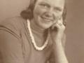 Nancy Brunsborg Nielsen (1927-2013), datter af vognmand i Vind Stationsby, Niels Nielsen (1899-1966) og hustru Nelly Nielsen (f. Brunsborg, 1908-1985). Slutningen af 1940'erne.