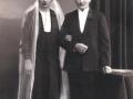 Statshusmand i Moselund, Peder Ferdinand Poulsen (1898-1973) og Ane Marie Christensen (g. Poulsen, 1899-1953) fotograferet på deres bryllupsdag i 1927. Peder Ferdinand Poulsen havde forinden mistet sin første hustru Emma Andersen Poulsen (f. Plougmann, 1901-1925).