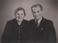 Statshusmand i Moselund, Peder Ferdinand Poulsen (1898-1973) og hustru Ane Marie Poulsen (f. Christensen, 1899-1953) fotograferet i forbindelse med deres sølvbryllup i 1952.