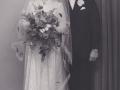 Husmand i Nybo, Henrik Gotfred Nielsen (1926-2018) og Emma Plougmann Poulsen (g. Nielsen) fotograferet på deres bryllupsdag i 1953.