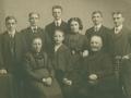 Gårdmand i Sønder Vindgab, Thomas Poulsen (1848-1923) og hustru Kirsten Marie Poulsen (f. Christensen, 1862-1932) fotograferet med deres syv børn. Forrest i midten Martin Luther Poulsen (1902-1984). Bagest fra venstre Johan Peder Poulsen (1898-1982), Jens Bak Poulsen (1890-1975), Kristen Sandfær Poulsen (1887-1954), Else Marie Poulsen (g. Søgaard, 1895-1963), Elias Poulsen (1893-1980) og Marius Poulsen (1894-). Omkring 1910.