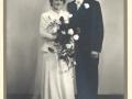 Oda Elisabeth Poulsen (g. Eriksen, 1930-2006), født i Damtoft og senere bosiddende i Ryde, og Holger Eriksen (1920-2008) fotograferet på deres bryllupsdag i 1950.