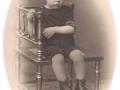 Knud Christian Meldgaard Poulsen (1924-1994), søn af gårdmand i Meldgård, Poul Christian Spaabæk Poulsen (1892-1988) og Jensine Poulsen (f. Kjeldsen, 1884-1962). Slutningen af 1920'erne.