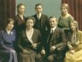Gårdmand i Hedegård, Kristen Sandfær Poulsen (1887-1954) og hustru Karen 'Hedegaard' Poulsen (f. Madsen, 1888-1982) fotograferet med deres fem børn. Bagest fra venstre: Marie Hedegaard Poulsen (g. Katborg, 1912-2002), Thomas Hedegaard Poulsen (1913-1974) og Ane Katrine Hedegaard Poulsen (g. Møller, 1915-2014). Forrest til venstre Alma Hedegaard Poulsen (g. Gravesen, 1916-2005) og til højre Gerda Hedegaard Poulsen (g. Skak Jensen, 1919-2010). Begyndelsen af 1930'erne.
