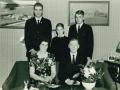 Husmand i Solvang, Kristian Herrup Poulsen (1912-1986) og hustru Sigrid Kjær Poulsen (f. Pedersen, 1918-2000) fotograferet med deres tre sønner. Fra venstre Agner Kjær Poulsen, Kurt Kjær Poulsen og Verner Kjær Poulsen. Midten af 1960'erne.