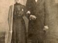 Jensine Poulsen (f. Kjeldsen, 1884-1962), enke efter gårdmand i Meldgård, Laust Poulsen (1866-1911), fotograferet på sin bryllupsdag i 1916 med sin anden ægtemand, Poul Christian Spaabæk Poulsen (1892-1988).