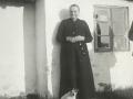 Petrine Pedersen (f. Pedersen, 1865-1944), kaldet 'Trine Kjær', enke efter gårdmand i Arnsbjerg, Niels Christian Pedersen (1860-1937). Angiveligt 1938.