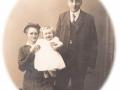Gårdmand i Meldgård, Poul Christian Spaabæk Poulsen (1892-1988) og hustru Jensine Poulsen (f. Kjeldsen, 1884-1962) fotograferet med deres ældste datter, Laura Meldgaard Poulsen (g. Nielsen, 1917-1994).