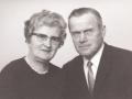 Gårdmand i Vestertoft, Valdemar Jensen Præstholm (1914-1991) og hustru Nikoline Marie Præstholm (f. Barbesgaard, 1917-2005). Årstal ukendt.