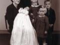 Senere gårdmand i Vestertoft, Valdemar Jensen Præstholm (1914-1991) og hustru Nikoline Marie Præstholm (f. Barbesgaard, 1917-2005) fotograferet med deres fire ældste børn i 1947. Stående ses bagest Leif Barbesgaard Præstholm og Inger Barbesgaard Præstholm forrest. Elin Barbesgaard Præstholm sidder hos sin far og nydøbte Karen Barbesgaard Præstholm ligger hos sin mor.