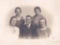 Børn af husmand i Blåbjerghus, Jens Svendsen (1859-1936) og Ane Kirstine Svendsen (f. Christensen, 1869-1955). Siddende fra venstre Hansine 'Sinne' Karoline Svendsen (1906-1962), Peder Svendsen (1908-1994) og Mette Marie Svendsen (g. 'Bjerg' Kristensen, 1897-1986). Stående til venstre Inger Kirstine 'Stinne' Svendsen (1902-1998) og Anna Kristine Svendsen (g. 'Rosenkvist' Andersen, 1904-1988) til højre. Årstal ukendt.