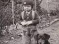 Jens Kristian Svendsen, søn af husmand i Blåbjerghus Peder Svendsen (1908-1994) og Oda Kathrine Svendsen (f. Andersen, 1915-1986) fotograferet med hunden 'Kvik' i begyndelsen af 1940'erne. For yderligere oplysninger, se menupunktet 'Vind i billeder' -> 'Månedens billede, april 2017'.