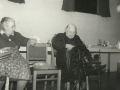 Karen 'Hedegaard' Poulsen (f. Madsen, 1888-1982) til venstre og Maren Margrethe Troldtoft (f. Jacobsen, 1877-1973) til højre spinder uld ved en udstilling i Sogne- og Hjemmeværnsgården. Årstal ukendt.