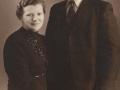 Gårdmand i Troldtoftgård, Niels Valdemar Troldtoft (1906-1980) fotograferet med sin første hustru, Elna Emilie Troldtoft (f. Kvistgaard, 1900-1947), som blot tre-en-halv måned efter deres bryllup omkom på tragisk vis i en ulykke med løbskløbende heste.