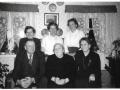 Maren Margrethe Troldtoft (f. Jacobsen, 1877-1973) omgivet af sine børn på sin 85-års fødselsdag i 1962. Stående fra venstre Dagmar Andersen (f. Troldtoft, 1909-2007), Eleonora Kirstine Gammelvind (f. Troldtoft, 1914-1999) og Helga Alvilde Jensen (f. Troldtoft, 1911-1997).  Forrest til venstre Niels Valdemar Troldtoft (1906-1980) og Karen Jensen (f. Troldtoft, 1904-1993) til højre.