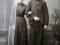 Gårdmand i Troldtoft og senere med efternavnet Troldtoft, Mourits 'Moust' Jensen (1870-1951) og Maren Margrethe Jakobsen (g. Troldtoft, 1877-1973) fotograferet på deres bryllupsdag i 1903.