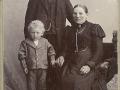 Sognefoged og ejer af Voldstedgård, Jens Jensen Voldsted (1860-1923) og hustru Jensine Kirstine Voldsted (f. Christensen, 1866-1931) fotograferet med sønnen Jens Kristian Jensen Voldsted (f. 1896). Omkring 1900. For yderligere oplysninger, se menupunktet 'Vind i billeder' -> 'Månedens billede, januar 2017'.