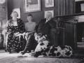 Inspektør på Voldstedgård, Marius Spendler Jespersen (1875-1952) og hustru Julene Marie Jensen Jespersen (f. Voldsted, 1901-1965) fotograferet med sønnen Svend Evald Voldsted Jespersen (1924-1980) og familiens store dalmatiner. Angiveligt 1938.