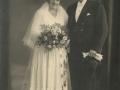 Jens Kristian Jensen Voldsted (f. 1896) og Anna Marie Kirstine Elisabeth Hansen (g. Voldsted, f. 1895) fotograferet på deres bryllupsdag i 1932. For yderligere oplysninger, se menupunktet 'Vind i billeder' -> 'Vi behøver din hjælp, august 2014'.