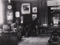 Dette billede fra samme billedserie som det forrige giver et godt indtryk af det tidstypiske interiør på Voldstedgård i slutningen af 1930'erne. I sofaen inspektør Marius Spendler Jespersen (1875-1952) og hustru Julene Marie Jensen Jespersen (f. Voldsted, 1901-1965).
