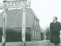 Vind Station som den tog sig ud kort før banens nedlæggelse i 1961. Til højre ses jernbaneekspeditrice Ellen Lauridsen (1908-1995). Foto: Palle Sønderstrup/Scanpix.