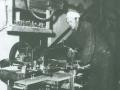 Vind Stationsby: Tømrermester Jens Christian Andersen (1899-1991) i sit værksted. Årstal ukendt.