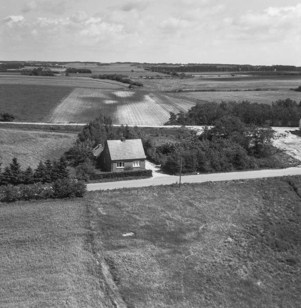 5. Vind by, 1962. Holstebrovej 22 med tydelig markering af den nedlagte bane på tværs i baggrunden -yderst til højre opkørslen til sogne- og hjemmeværnsgården.