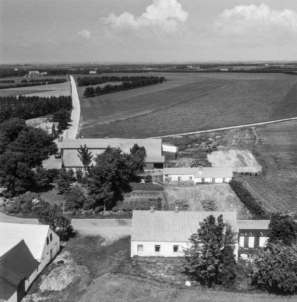 16. Vind Kirkeby, 1962. 'Toftegård' midt i billedet, øverst Røjkærvej og nederst til højre det tidligere missions- og menighedshus.