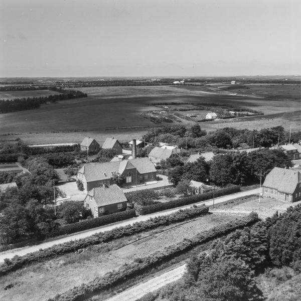 3. Vind by, 1962. Holstebrovej med mejeriet midt i billedet. Brombærvej og Bærkær i baggrunden og den nedlagte station yderst til højre.