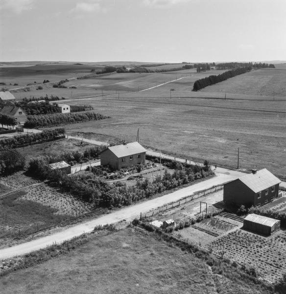 8. Vind by, 1962. Vind Kirkevej på tværs med frakørsel til Brombærvej -endnu helt bar mark, hvor Enebærvej ligger i dag.