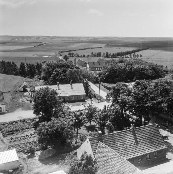 15. Vind Kirkeby, 1962. 'Toftegård' nederst, Fuglsangvej og 'Kirkegård' i baggrunden.