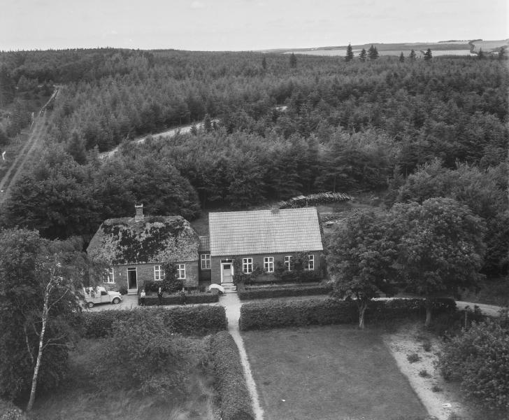 33. Vind, 1962. Lystlundvej 28 (Stråsø Gl. Skole, t.v.) og 30 (t.h.).