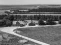 43. Vind, 1962. Røjkærvej 1 (kirkebyens købmandsforretning). Midt i billedet med mørk gavl det tidligere forsamlingshus.