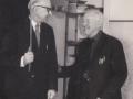 Lærer Andersen (tv) og førstelærer Berg (th) foreviget i en munter stund på Vind skole i begyndelsen af 1960'erne. For yderligere oplysninger, se menupunktet 'Vind i billeder' -> 'Månedens billede, august 2015'.