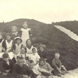 Elever fra Stråsø Skole fotograferet ved Lærkehøj, omkring 1915.