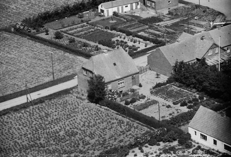 5. Vind Stationsby, 1949. Ørnhøjvej 3 midt i billedet. Øverst udhuset bag Vind Kirkevej 1.