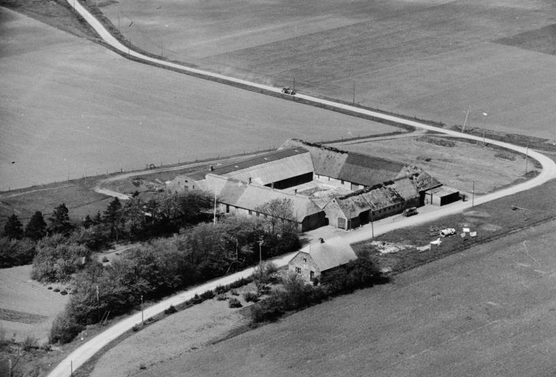 23. Vind, 1949. Hestbjergvej 13, 'Sønder Vindgab', og 11 (tidligere aftægtsbolig). Bemærk vejens daværende linjeføring ind imellem de to ejendomme.