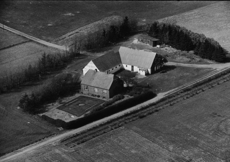 77. Vind, 1949. Vind Kirkevej 17, 'Vester Skovgård'.
