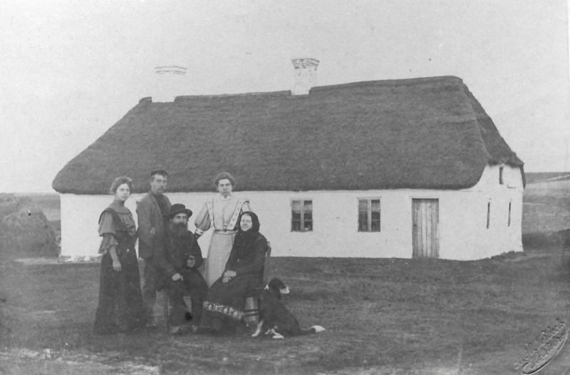 Frydendal fotograferet omkring 1910. Siddende ses husmand Karl Frydendal (f. Kristensen, 1843-1919) og hans hustru Else Katrine Frydendal (f. Jensen, 1847-1939). Bag dem står fra venstre Karoline Katrine Frydendal (f. Kristensen, g. Mikkelsen, 1888-1963), Kristen Frydendal (f. Kristensen, 1883-1977) og Mette Kirstine Frydendal (f. Kristensen, g. Nielsen, 1884-1962).