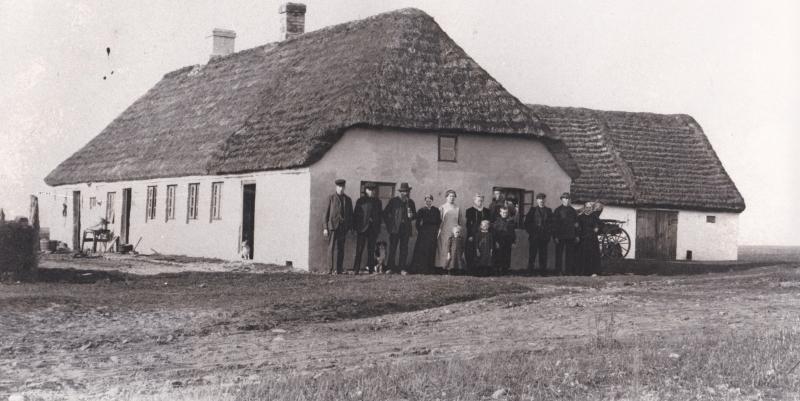 Familien Søndergaard og to gæster fra Frydendal fotograferet foran Havresnap, i dag Ørnhøjvej 17. Fra venstre ses angiveligt brødrene Jeppe Søndergaard (1888-1932) og Jens Kristian Søndergaard (1886-1981), Karl Frydendal (1843-1919), Kristiane Søndergaard (g. Christensen, 1894-1951), Mette Kirstine Frydendal (f. 1884), Ane Kyndesen (f. Søndergaard, 1884-1962) og hendes mand Niels Halkjær Kyndesen (1879-1959), Peder Skovbo Søndergaard (1878-1940) samt forældrene Jens Jørgen Skovbo Søndergaard (1856-1934) og Johanne Søndergaard (f. Jeppesen, 1854-1931). Forrest fra venstre yngstebørnene Karen Kirstine Søndergaard (g. Kristensen, 1903-1986), Johanne Kathrine Søndergaard (g. Andersen, f. 1900) og Laust Peder Søndergaard (1896-1983). Omkring 1910.
