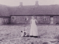 Søstrene Inger Marie 'Boutrup' Andersen (f. 1894) og Ane Marie 'Boutrup' Andersen (1889-1968), døtre af husmand Anders Boutrup Andersen (1859-1925) og Ane Johanne Andersen (f. Lauritsen, 1859-1909), fotograferet foran Øster Spartoft, i dag Skjernvej 212. Omkring 1905.