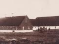 Gårdmand Poul Christian Jensen (1873-1930) fotograferet med sin familie foran Fuglsang omkring 1916. For yderligere oplysninger, se menupunktet 'Vind i billeder' -> 'Vi behøver din hjælp, oktober 2017'.