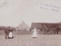 Gårdmand Laust Poulsen (1866-1911) og hustru Jensine Poulsen (f. Kjeldsen, 1884-1962) fotograferet foran Meldgård, i dag Præstevejen 23, omkring 1910. Tjenestepigen og kusken kan ikke identificeres. For yderligere oplysninger, se menupunktet 'Vind i billeder' -> 'Månedens billede, oktober 2017'.