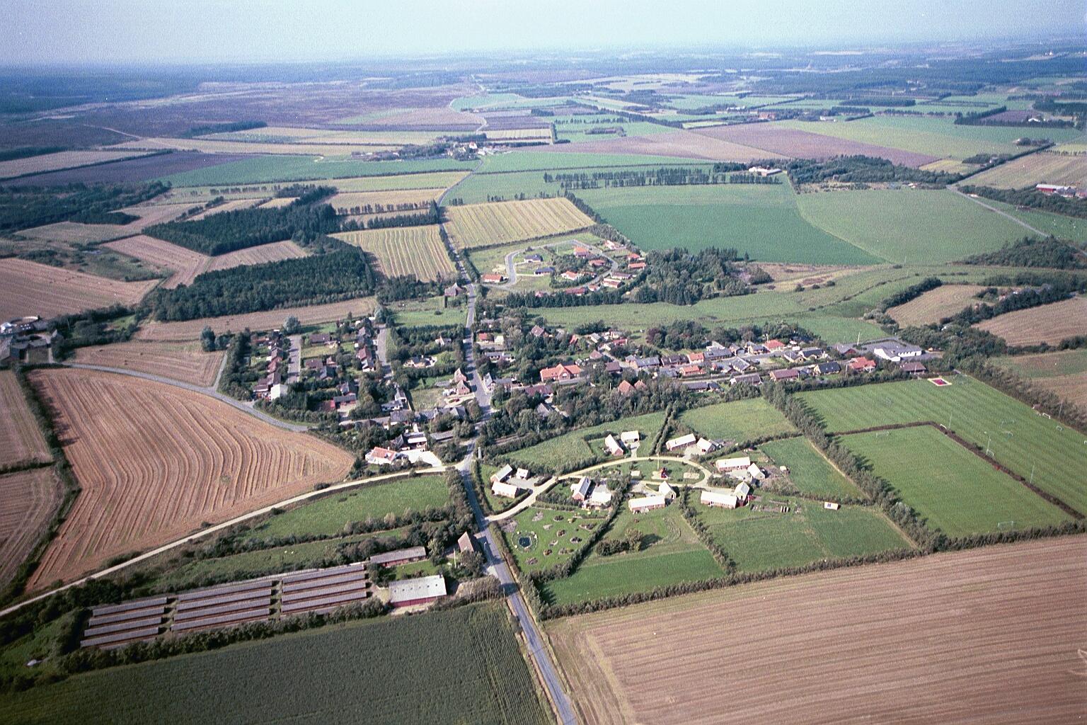 Vind set fra øst: Torvet i midten, Toftvej nederst, Ørnhøjvej op mod venstre, Holstebrovej ud mod højre, Vind Kirkevej øverst og Vind Kirkeby i fjerneste baggrund.