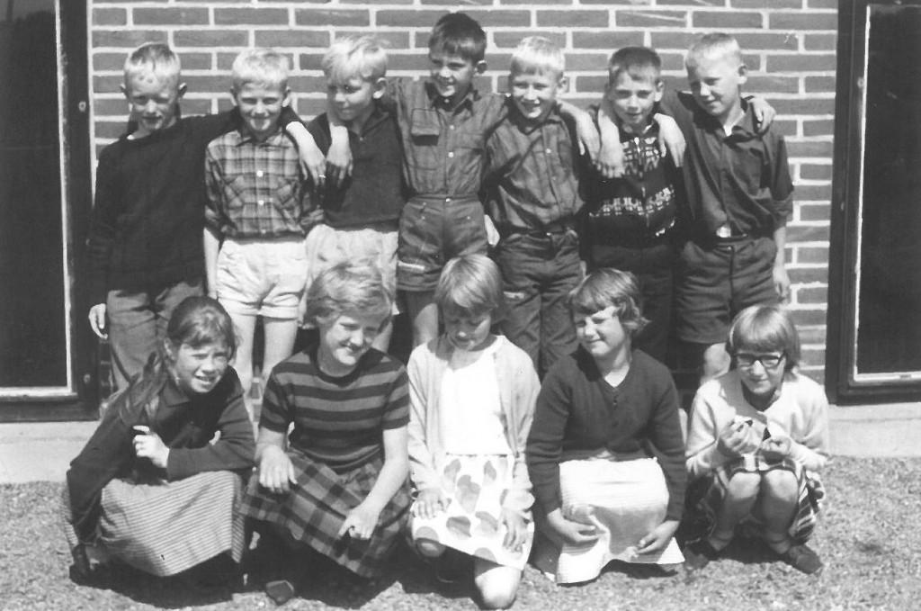 Vind Skoles 1. klasse, sommeren 1963. Siddende forrest fra venstre: Joan Christensen (Sandfær dambrug), Aase Domdal (Vind Stationsby), Else Jonna Vingtoft (Vind Stationsby), Birthe Jensen (Bak) og Bodil Irene Nørgaard Poulsen (Nørre Røjkjær). Stående bagest fra venstre: Egon Andersen (Katborg, Ulfborg), Henning Jeppesen (Højbo), Karl Johan Meldgaard Poulsen (Meldgård), Bjarne Fiilsø Poulsen (Vester Skovgård), Samuel Bækdahl Pedersen (Tolstrup), Erik Bendtsen (Søndergård) og Jan Bo Lyster Blæsbjerg (Vind Stationsby).